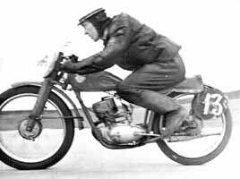 На дистанции первенства БССР по шоссейно-кольцевым гонкам. 6 июня 1965 года